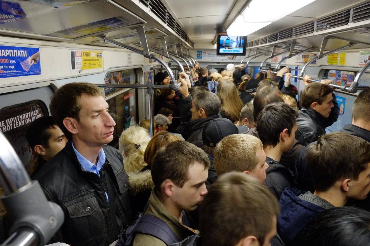 вот фото пассажиров в метро стена, грубое