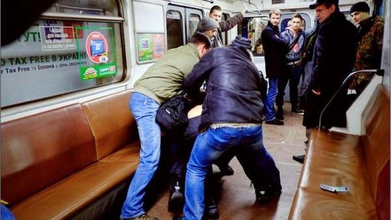 Драка в киевском метро - пассажиру сломали ногу