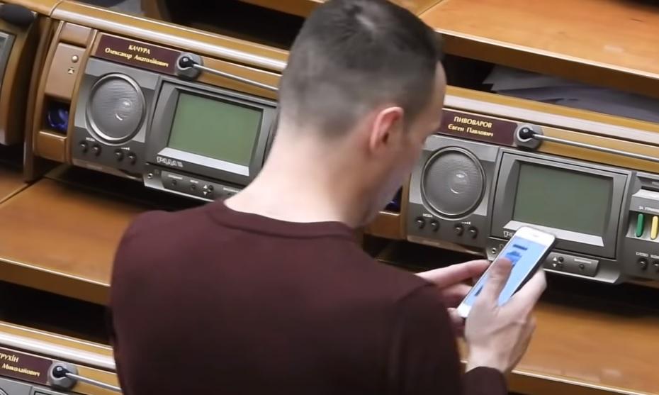 """""""Слугу народа"""" застукали в Раде за покупкой роскошной машины"""