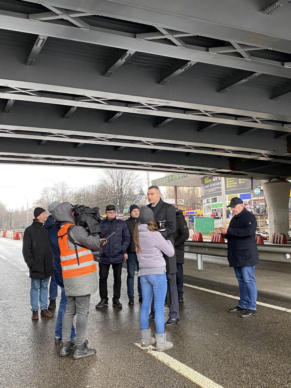 Шулявский мост в Киеве испытали грузовики - Кличко стоял под путепроводом - фото 1