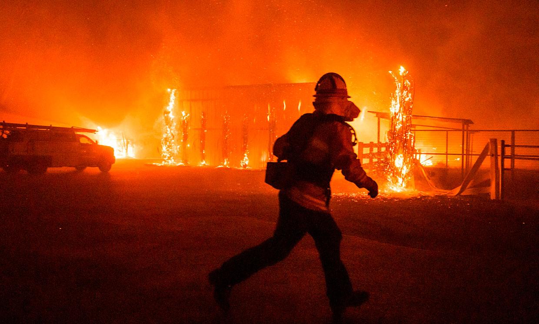 В Австралии погибли люди из-за масштабных лесных пожаров