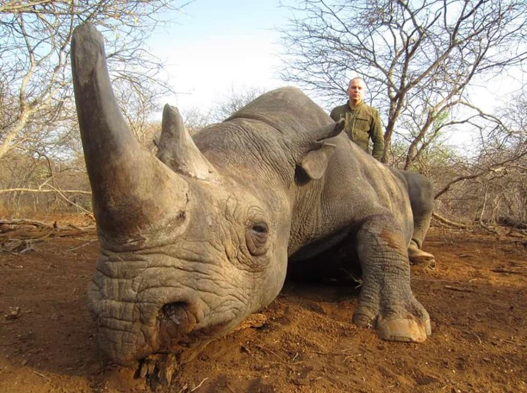В Сеть попали фото Шуфрича с убитыми носорогами, гиенами и леопардом - фото 3