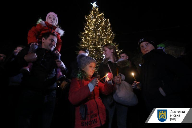 Во Львове открыли новогоднюю елку раньше времени