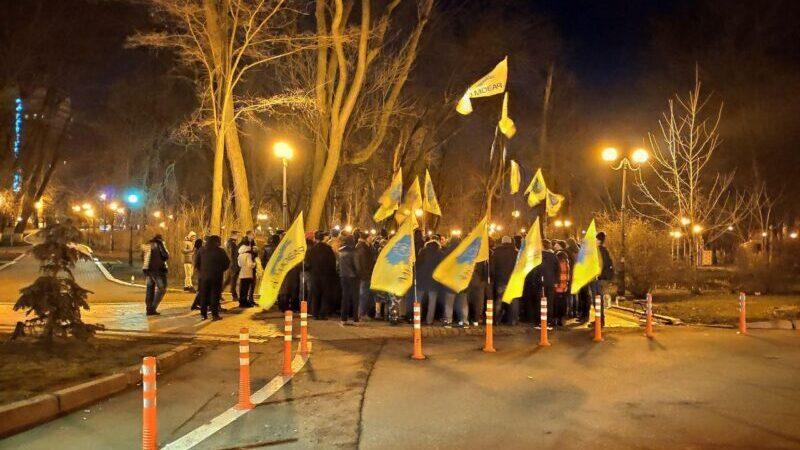 Под домом президента евробляхеры устроили митинг