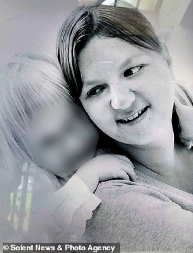 Питалась только чипсами: 32-летняя мать двоих детей умерла от недоедания