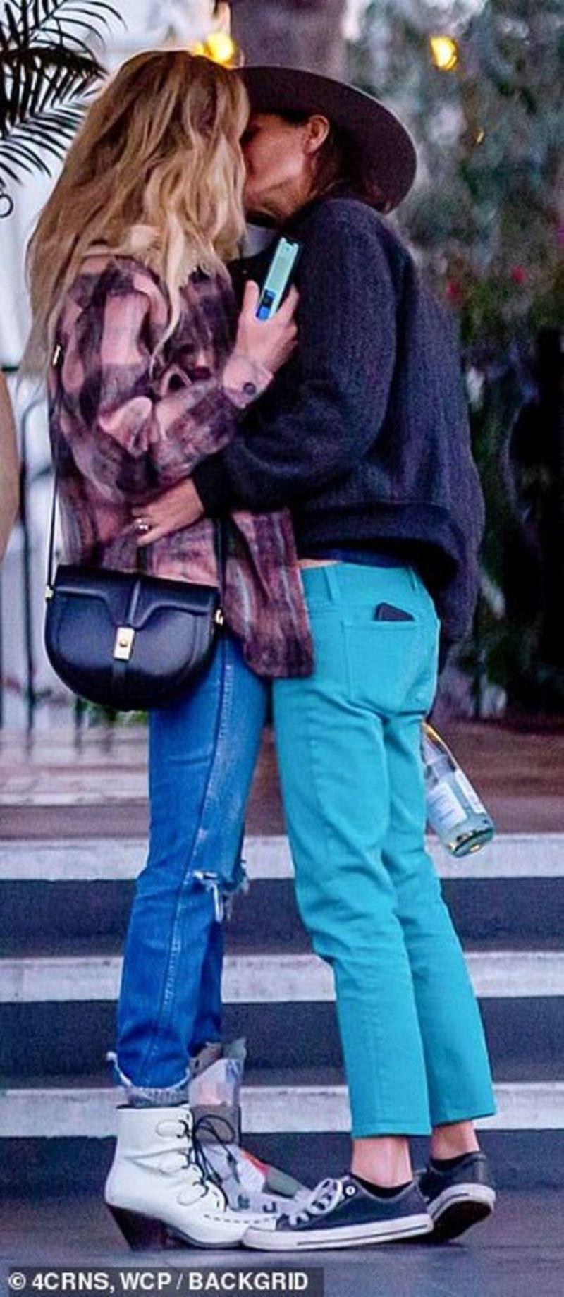Бывшую жену Джонни Деппа застукали за поцелуями с женщиной - фото 1