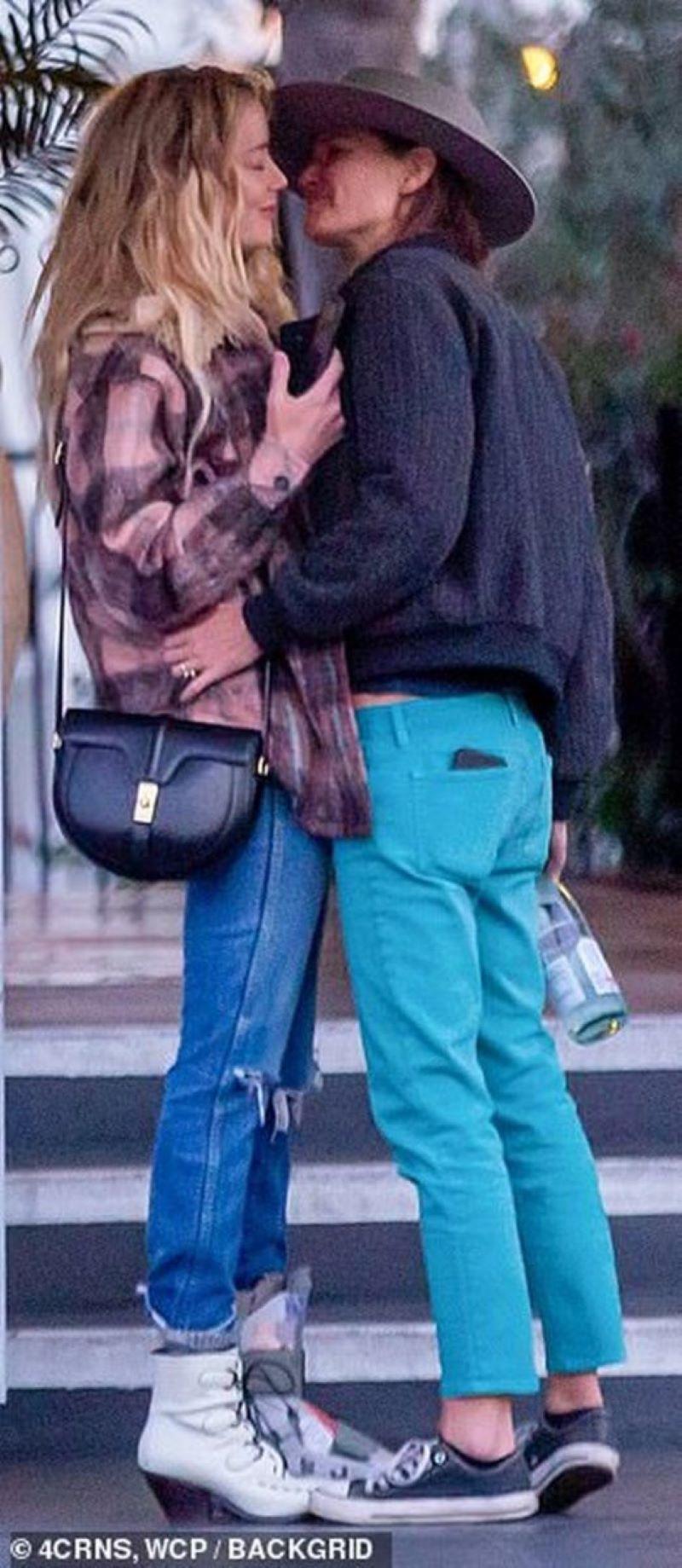 Бывшую жену Джонни Деппа застукали за поцелуями с женщиной - фото 2
