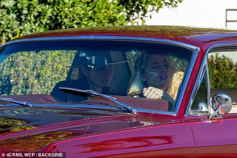Бывшую жену Джонни Деппа застукали за поцелуями с женщиной - фото 4