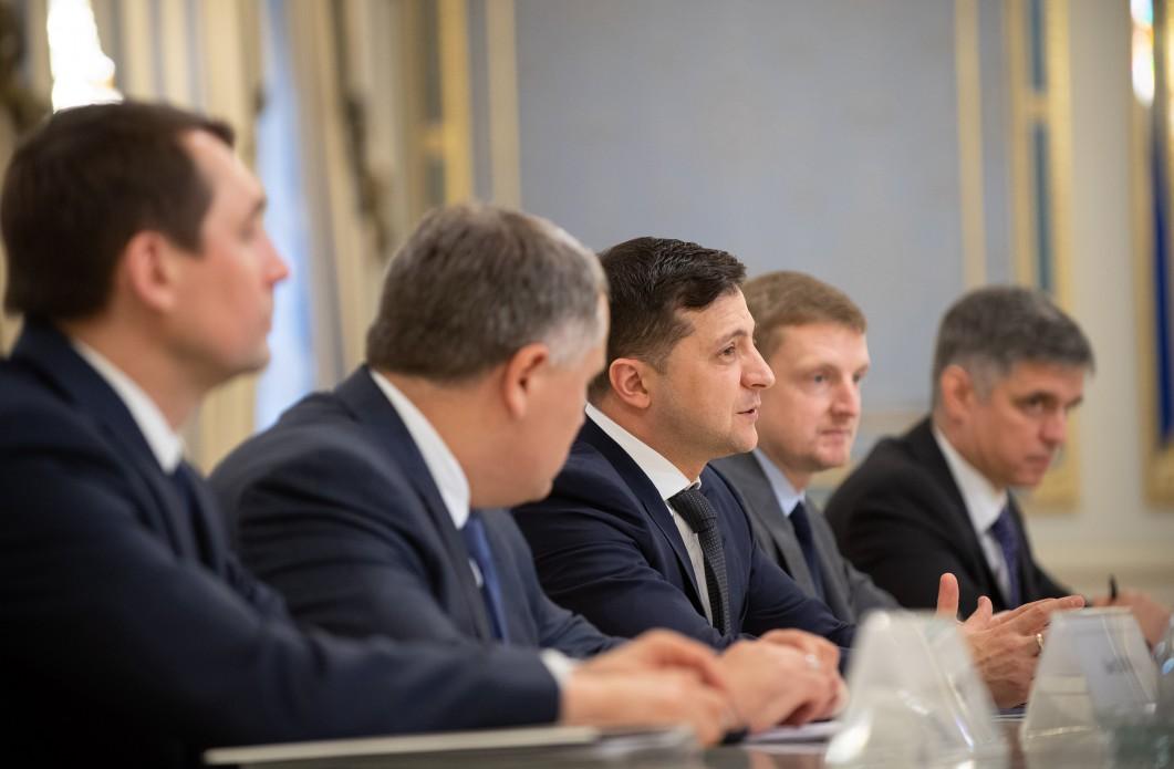 Ждем денег: Зеленский пообщался с комиссаром по расширению ЕС - фото 1
