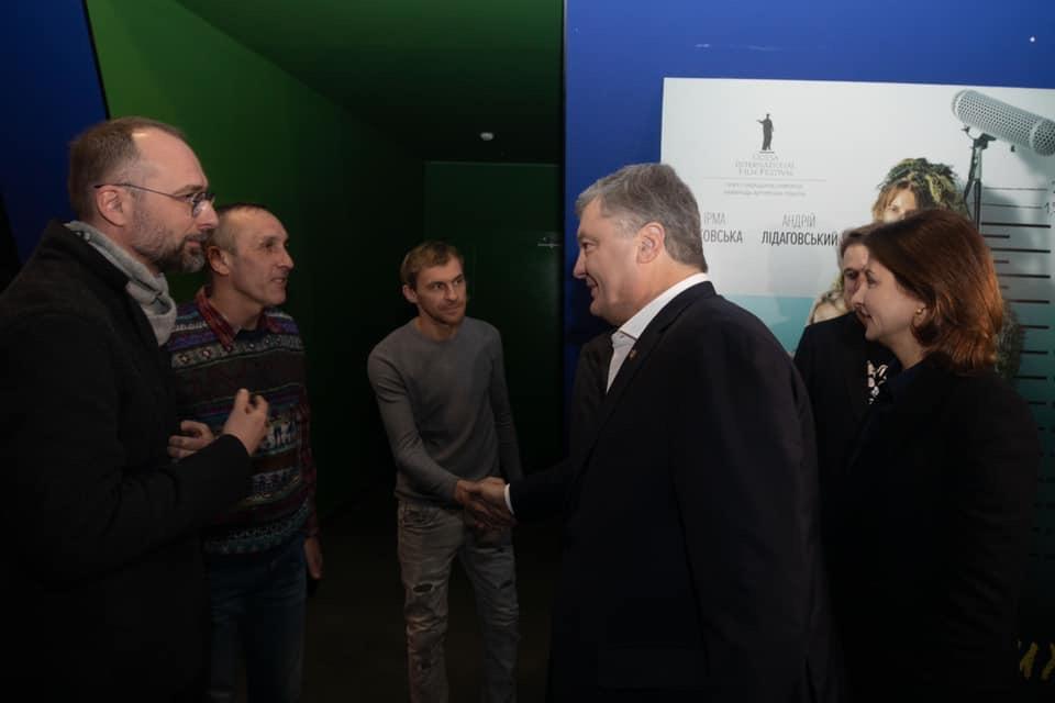 Реализм и мистика: игнорирующий допросы Порошенко опять сходил в кино - фото 2