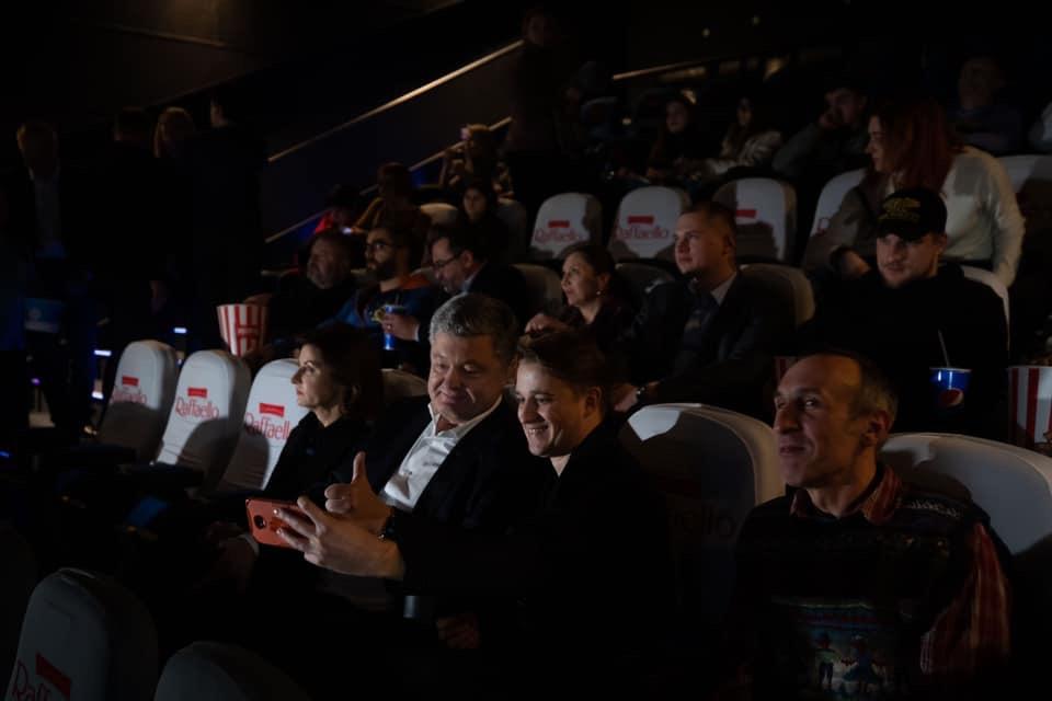 Реализм и мистика: игнорирующий допросы Порошенко опять сходил в кино - фото 4
