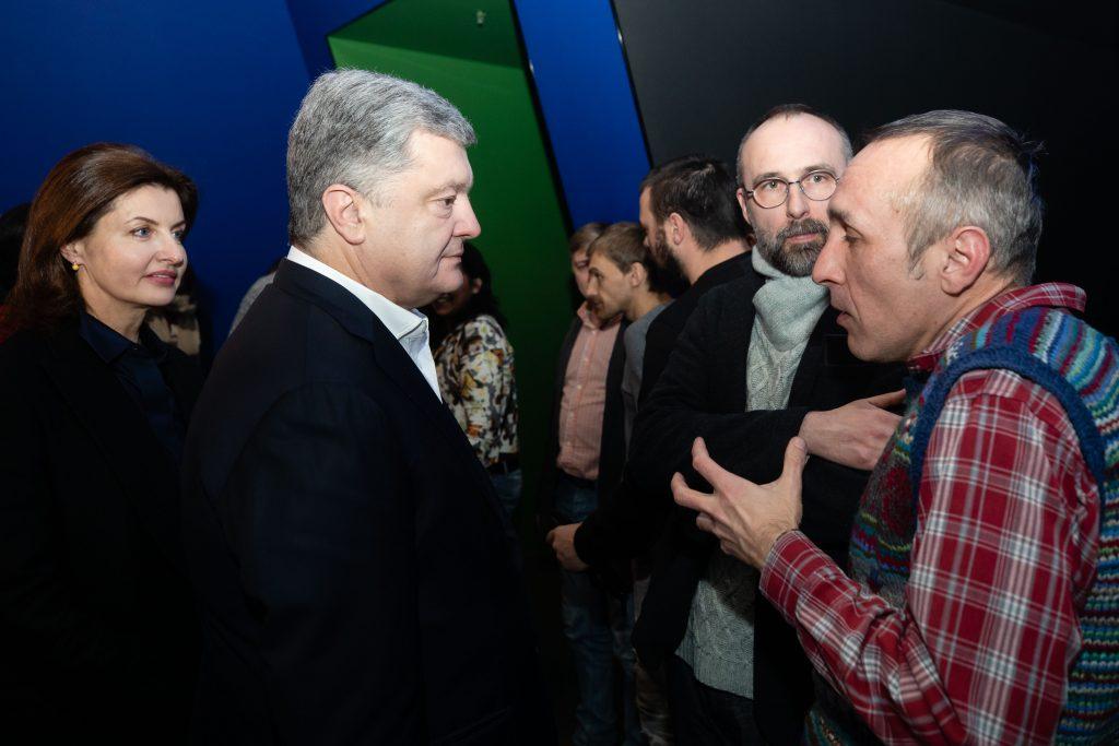 Реализм и мистика: игнорирующий допросы Порошенко опять сходил в кино - фото 3