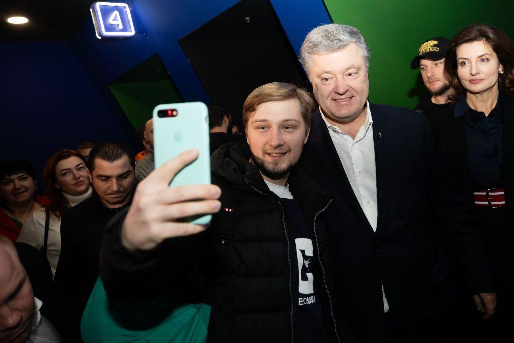 Реализм и мистика: игнорирующий допросы Порошенко опять сходил в кино - фото 6