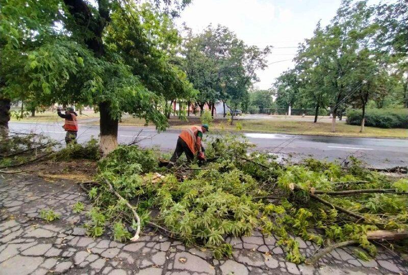 Непогода добралась до Мариуполя - коммунальщики ликвидируют последствия