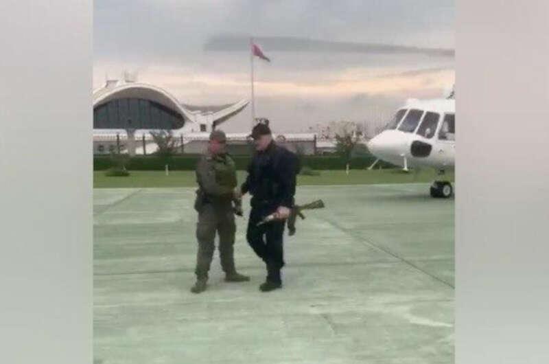Лукашенко с автоматом в руках прилетел в свою резиденцию | ВЕСТИ