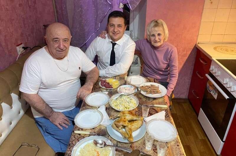 Люблю - Зеленский опубликовал фото с родителями-800x530