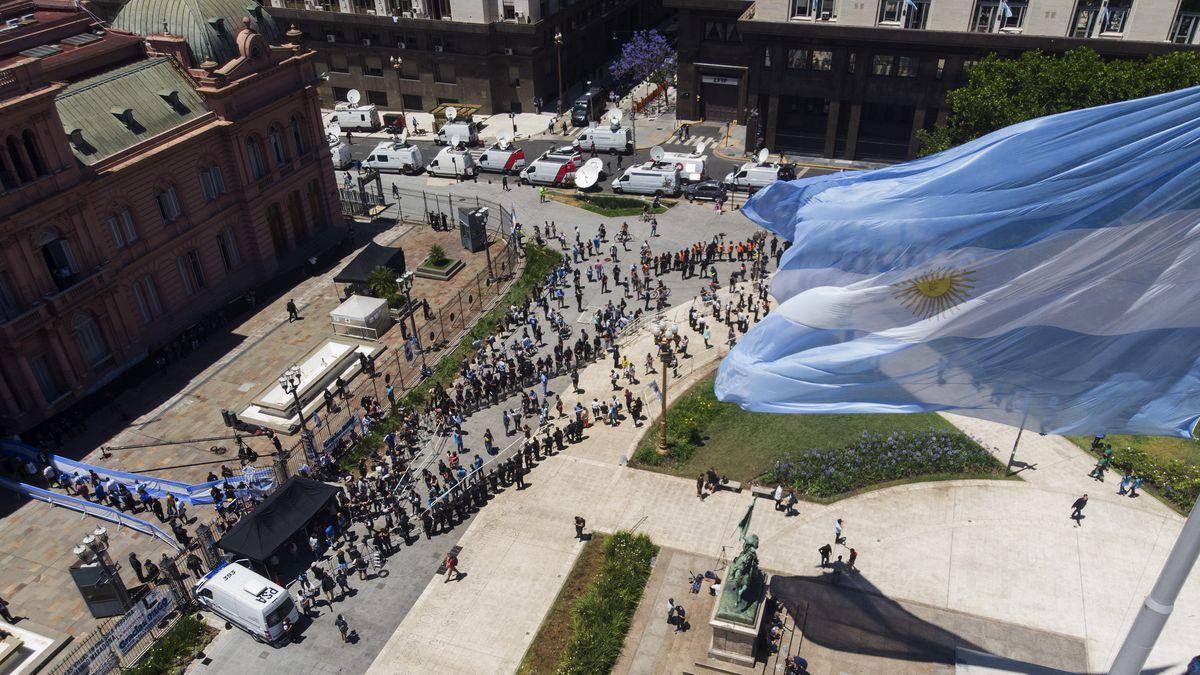 Миллион фанатов и море слез – как прошли похороны Марадоны - фото 5