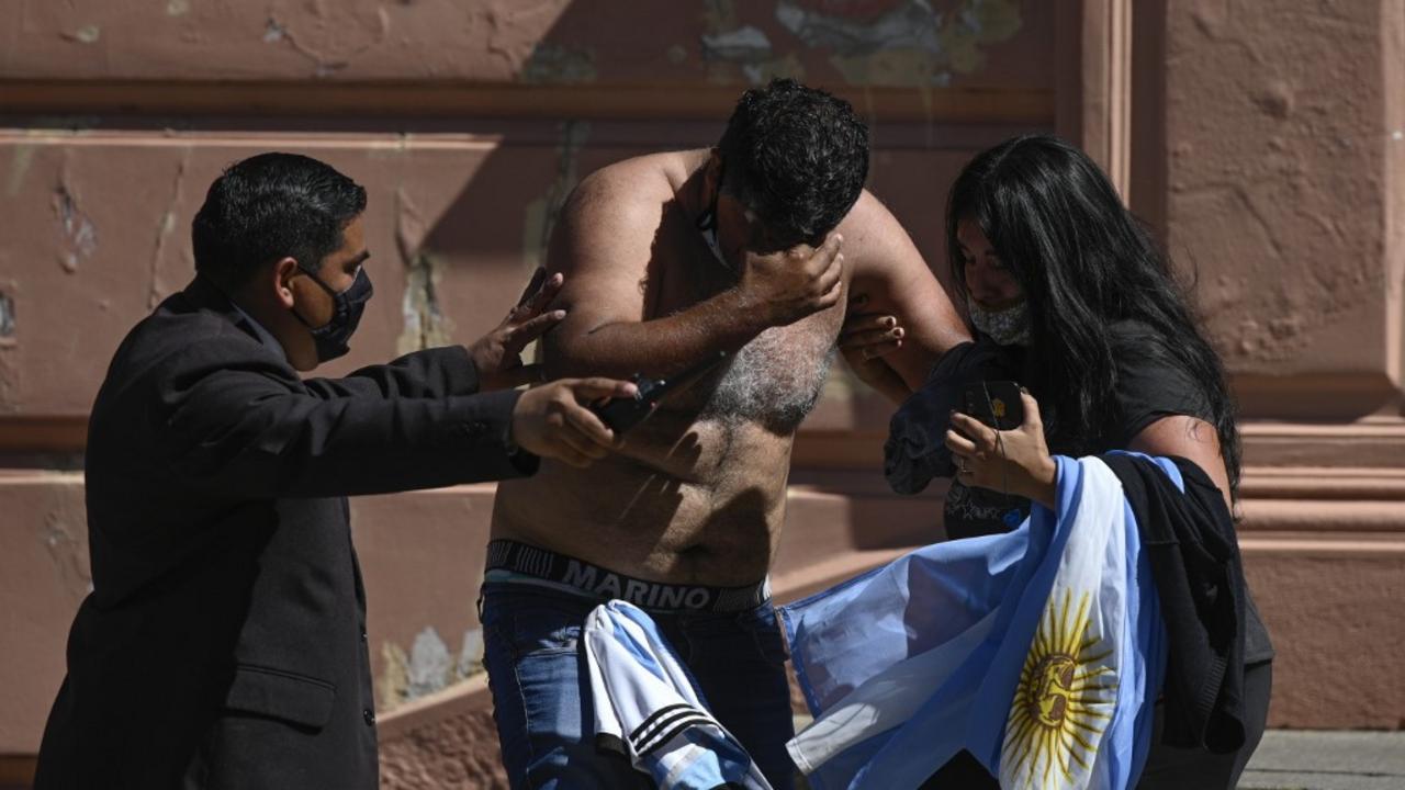 Миллион фанатов и море слез – как прошли похороны Марадоны - фото 2