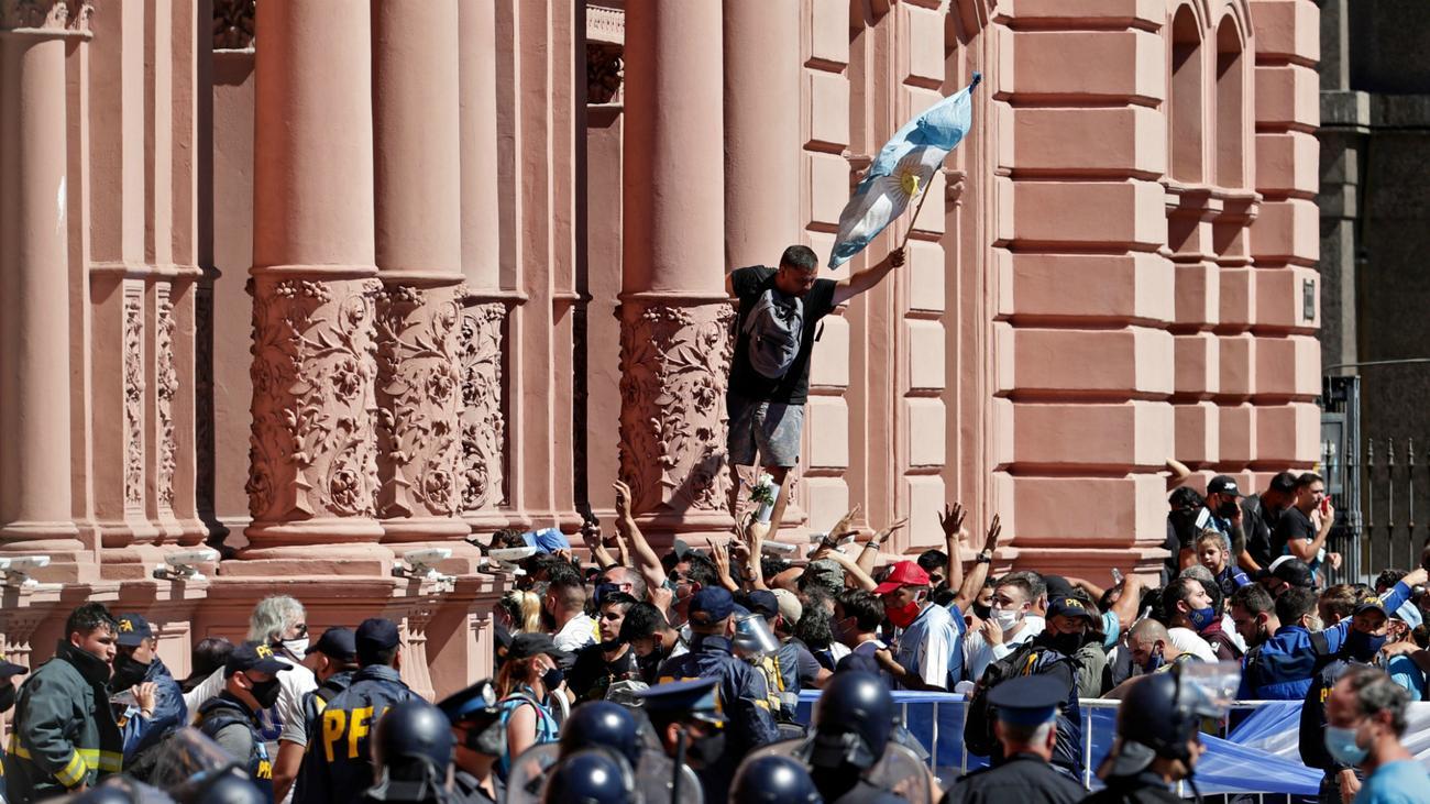 Миллион фанатов и море слез – как прошли похороны Марадоны - фото 1