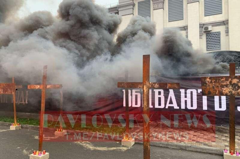 В Киеве под посольством РФ зажгли фаеры-800x530