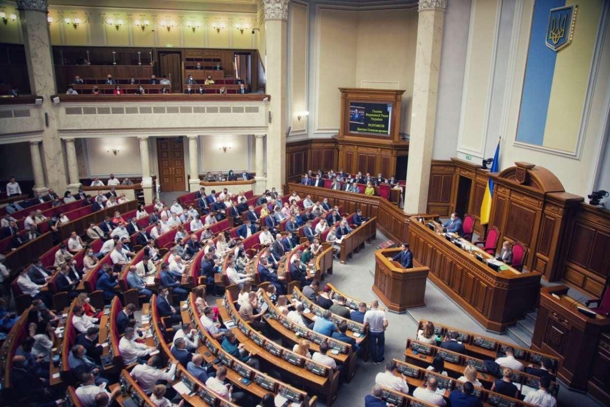 Рада приняла закон о госслужбе со всеми поправками Зеленского