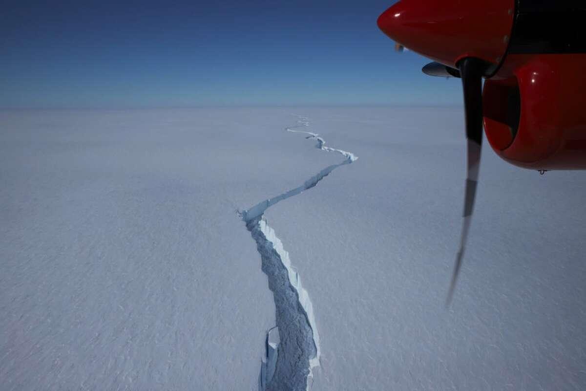 Ждали десять лет: в Антарктиде откололся гигантский айсберг (видео)-1200x800