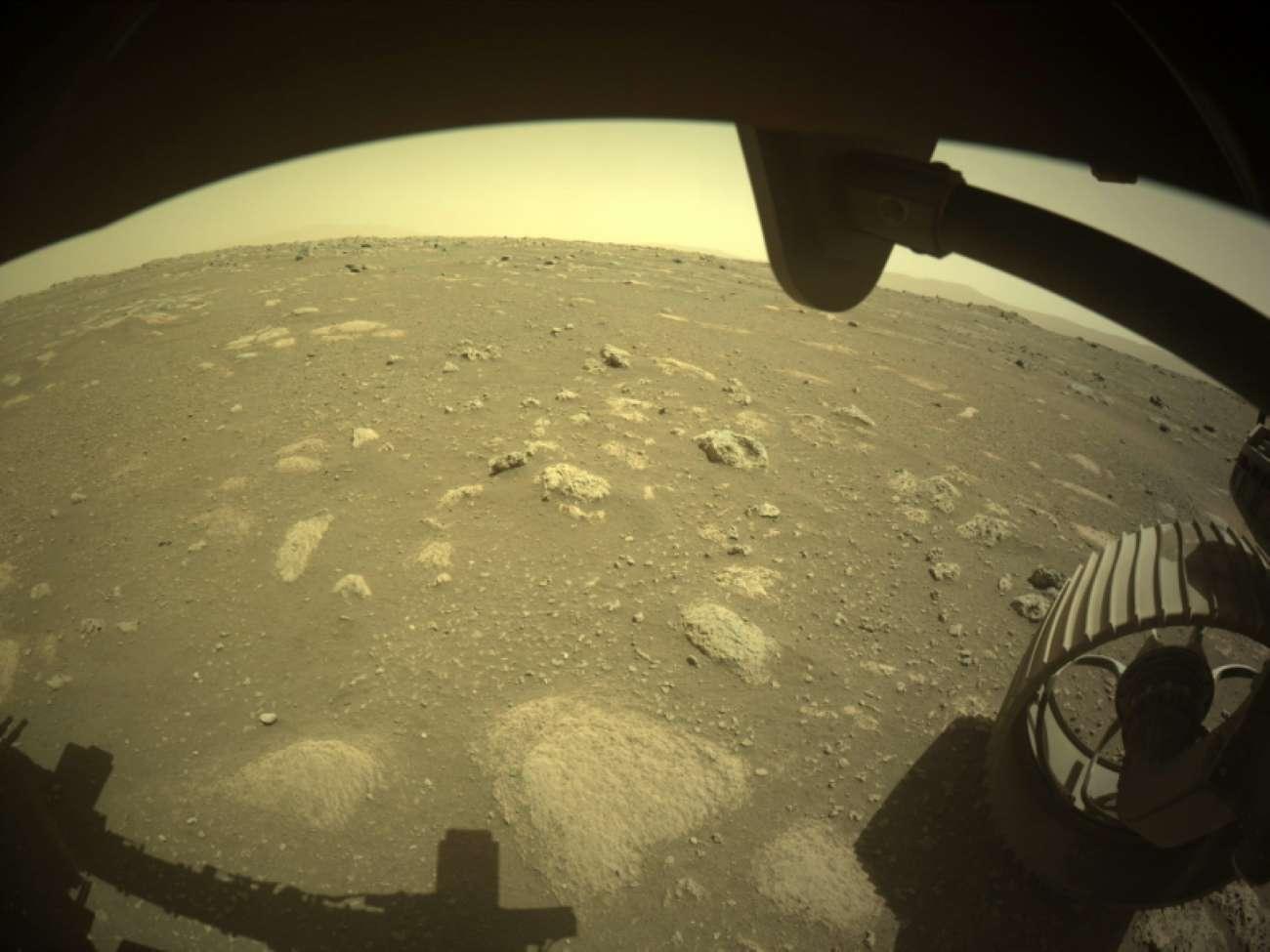 Марсоход Perseverance впервые после посадки проехал по поверхности планеты - фото 1