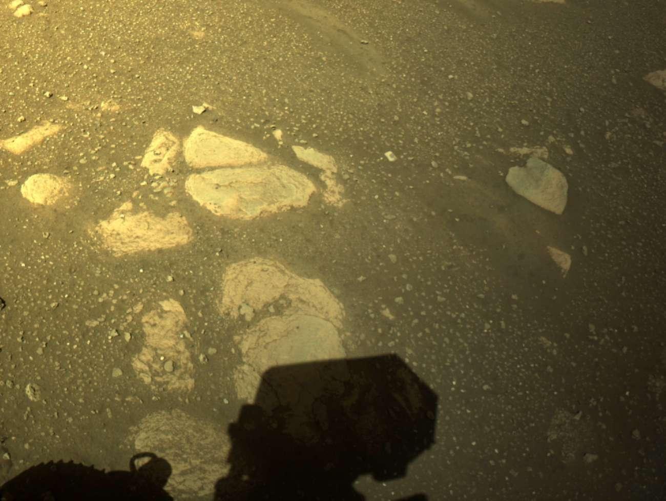 Марсоход Perseverance впервые после посадки проехал по поверхности планеты - фото 2