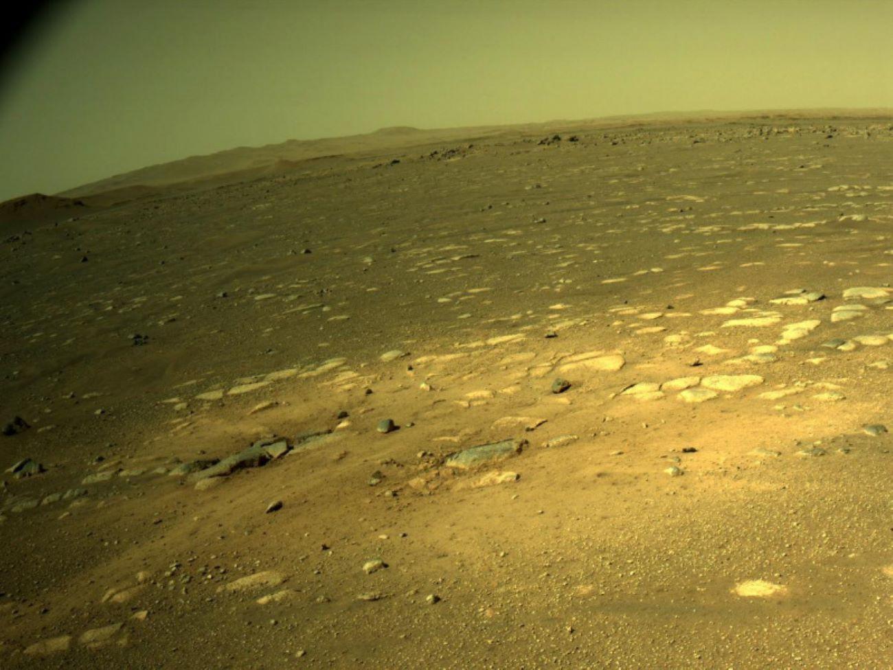 Марсоход Perseverance впервые после посадки проехал по поверхности планеты - фото 5