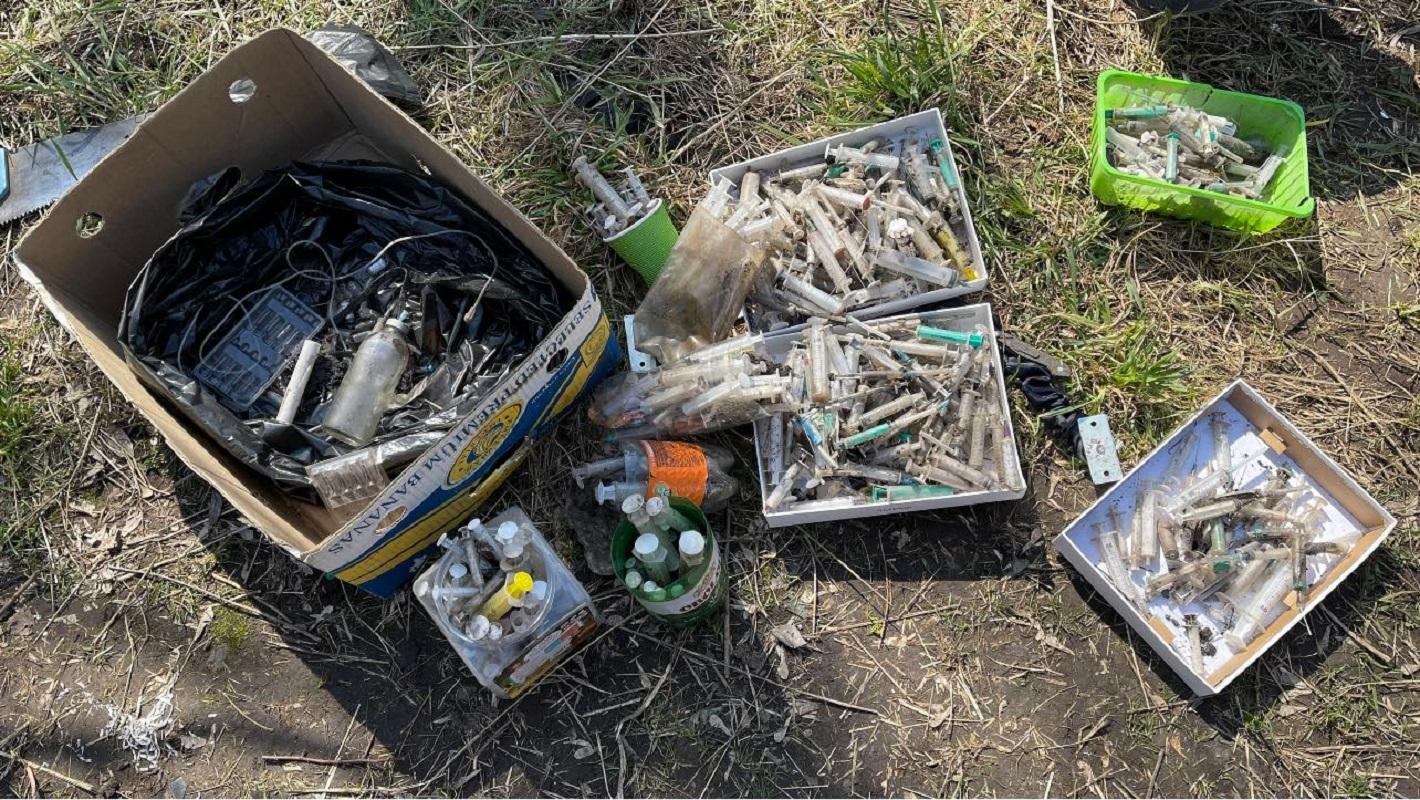 В Киеве во время субботника обнаружили тайник с наркотиками - фото 1