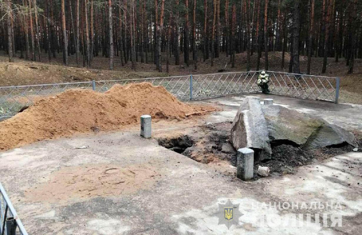 Вандалы разрушили памятник болгарскому царю в Полтавской области