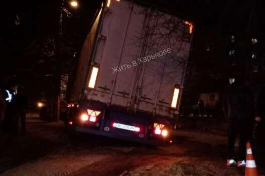 В Харькове фура заехала во дворы, провалилась в асфальт и провела там ночь-1200x800