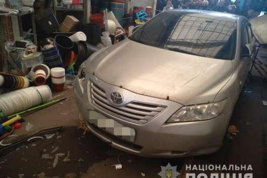 В Харькове авто влетело в торговый павильон на рынке - фото-1200x800