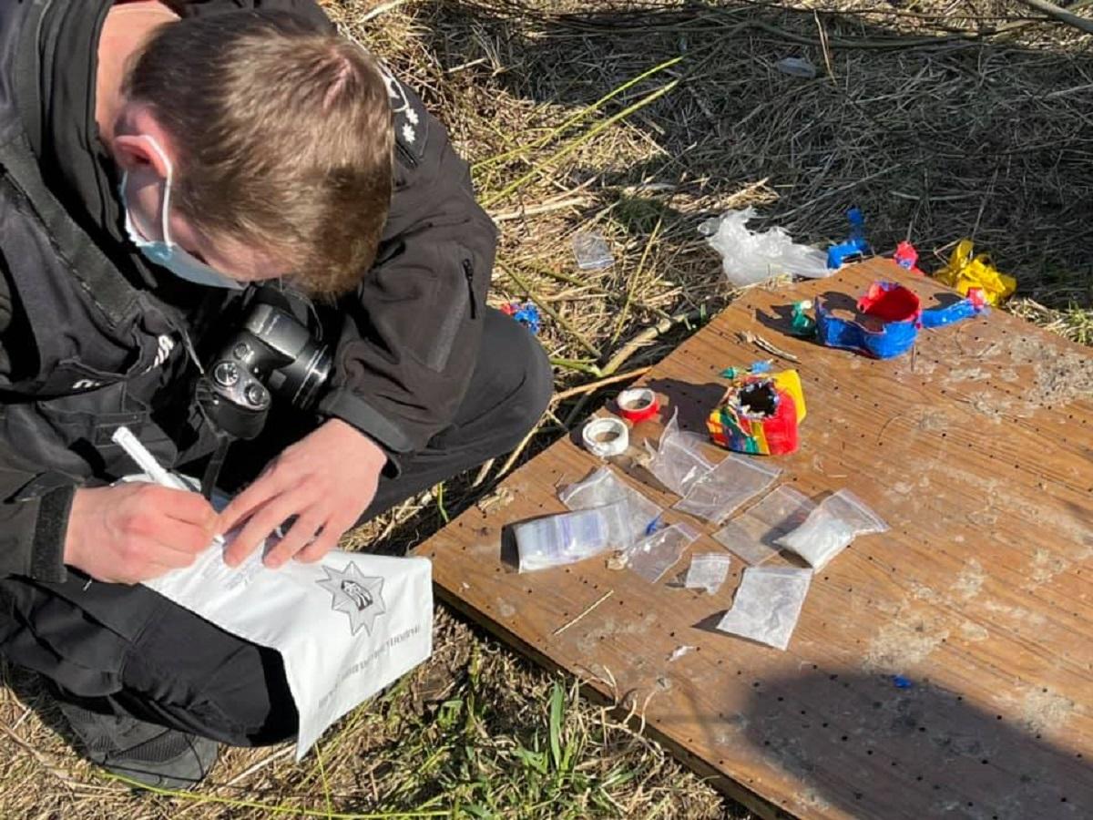 В Киеве во время субботника обнаружили тайник с наркотиками - фото 3