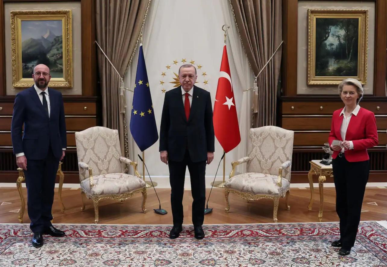 Главе Еврокомиссии не хватило стула на дипломатической встрече – видео