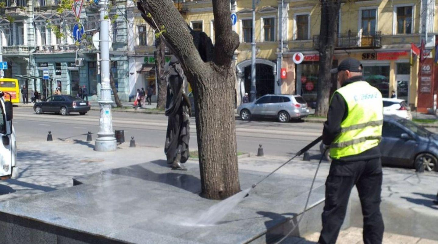 Вандалы повредили памятник Вере Холодной в Одессе - фото 4
