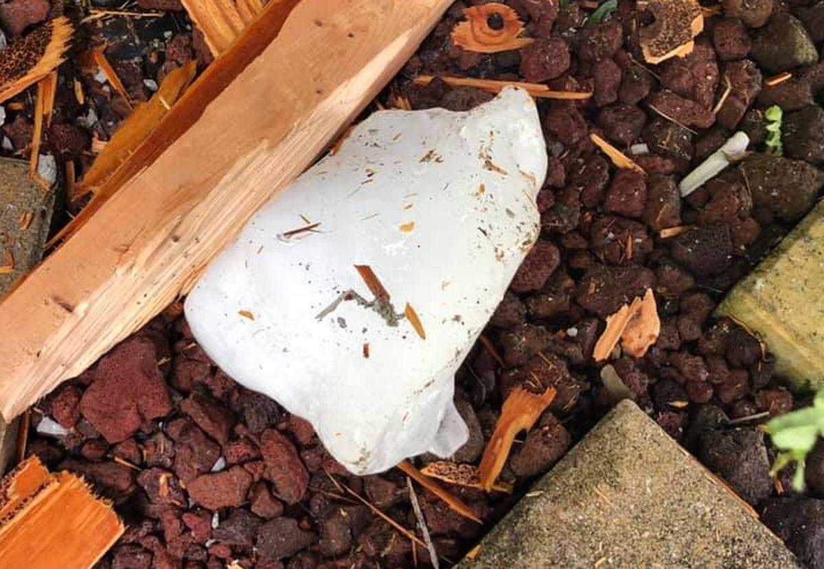 В США ледяная глыба проломила крышу дома – фото