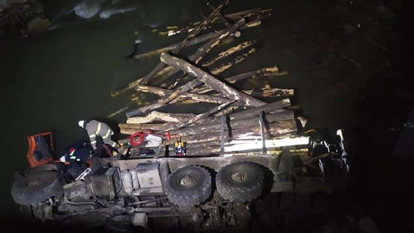 Под Ивано-Франковском с моста в реку упал лесовоз, погибли два человека