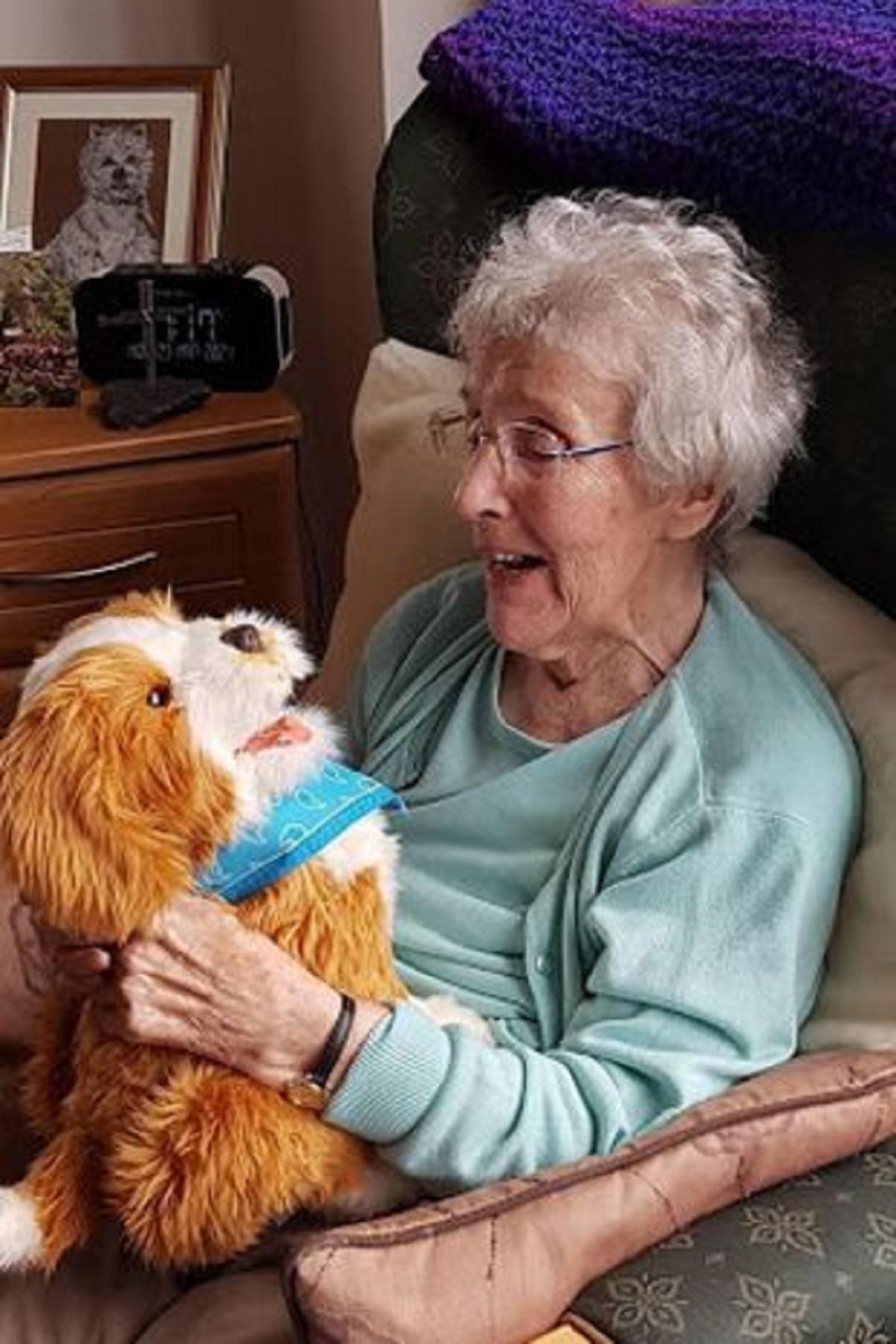 В США собаки-роботы помогают жителям домов престарелых - фото 2