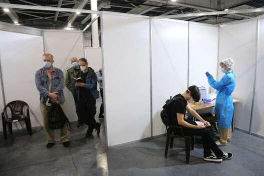 Будет новый карантин. Почему вакцинация в Украине пошла не по плану-1200x800
