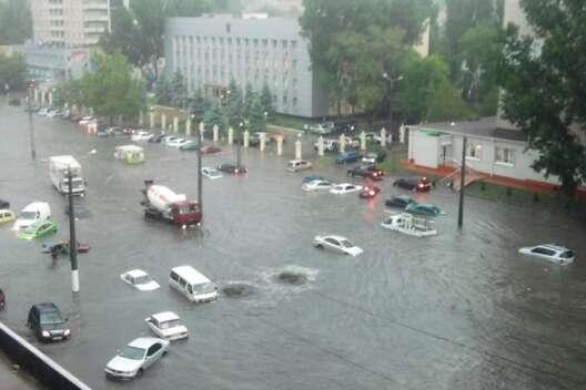 Последствия ливня: в Одессе разрушены дороги, машины привалены деревьями-1200x800