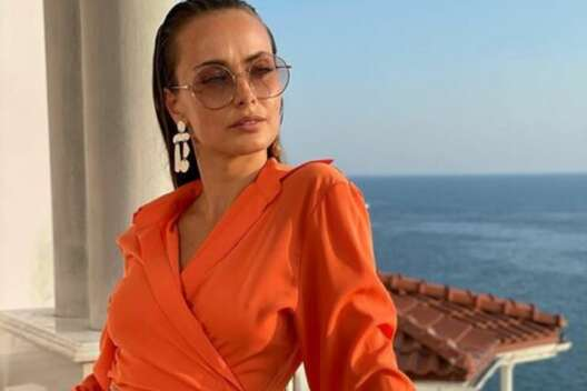 Я красивая и сексуальная: Ксения Мишина в ярком наряде празднует жизнь-1200x800