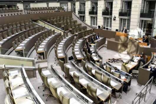 В Бельгии будут следить за депутатами, сидящими в смартфонах на заседаниях-1200x800