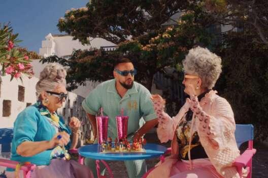 Монатик зажег с бабушками в новом клипе в Греции – видео-1200x800
