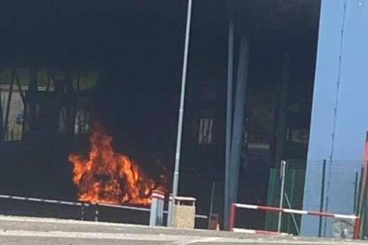 На словацкой границе загорелось авто, ехавшее в Украину-1200x800