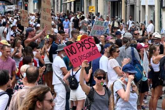 Во Франции люди протестуют из-за паспортов здоровья-1200x800