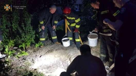 В Киеве мужчина копал колодец и погиб из-за обвала грунта - фото 1