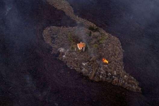 В Сети показали дом, который выстоял против потока лавы вулкана на Канарах-1200x800