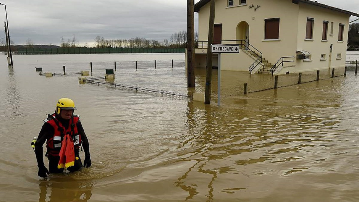 Францию затопило: люди спасаются на крышах (видео)