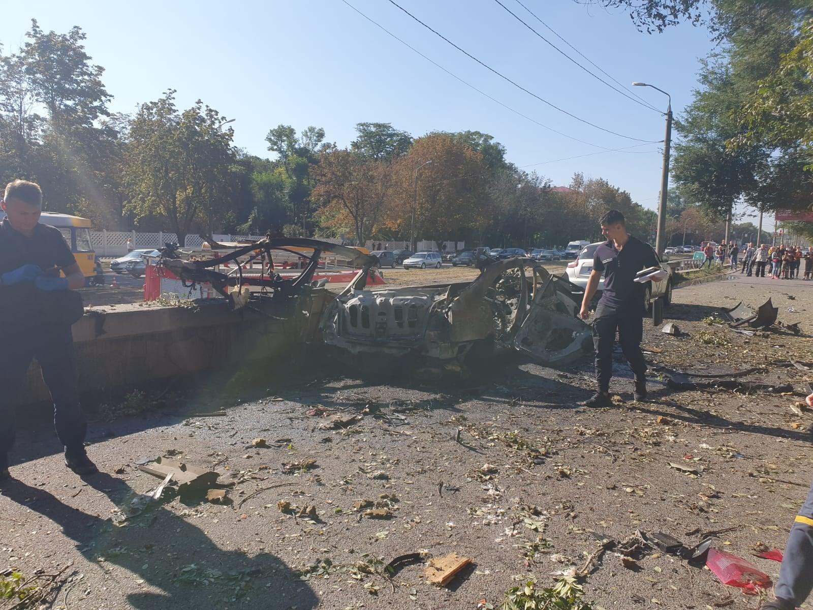 В Днепре посреди города взорвалась машина с людьми
